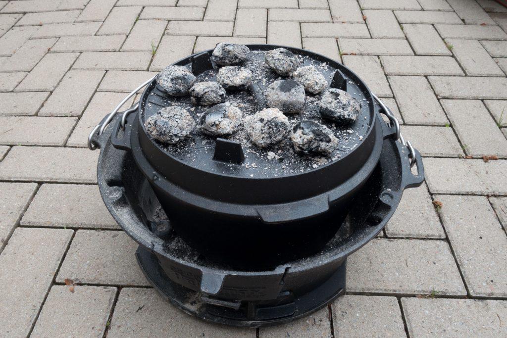 Dutch Oven zu und Kohle drauf