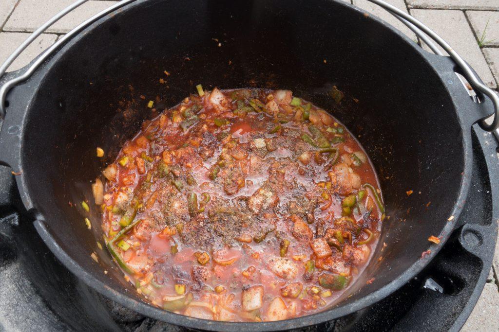 Passierte Tomaten, Geflügel-Fond und Gewürze dazu
